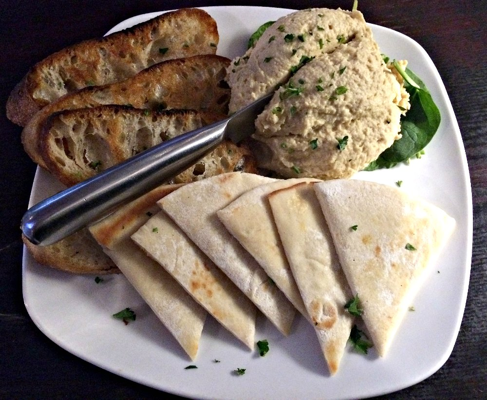 Grand Rapids Vegan Restaurants Roasted Garlic Hummus Etizer At Graydon S Crossing The Epicurean Traveler